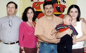 Sergio Cruz y Rosy Rivera de Cruz, Rafael Sánchez y Karina Camargo con el pequeño Sergio Gustavo Cruz Rivera, en el convivio que le prepararon por su primer año de vida.