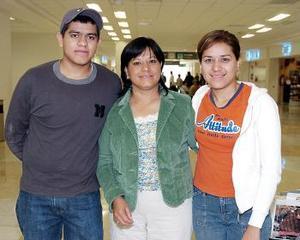 <b>30 de octubre 2005</b><p> Yolanda Aguirre viajó a Mexicali, la despidieron Jésica y Mundín Barrientos.