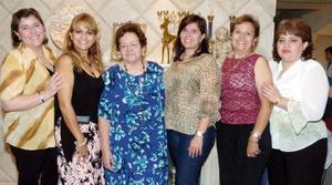 Clelia Calderón de Morales acompañada por sus hijas Beatriz, Clelia, Verónica, Lucía y Antonieta, en la reunión que le ofrecieron por su cumpleaños.