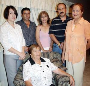 Con motivo de sus 78 años de vida, la señora Elodia Nava Vda. de De la Torre fue festejada por sus hijos Jenny, J. Guadalupe, Elvira, Demetrio  y Estela de la Torre.