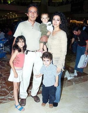 Ivonne Galván, José Luis Rodarte y los pequeños Pamela, Fernando y Gabriel.