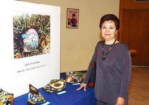 Rosa María Villanueva junto a sus obras.