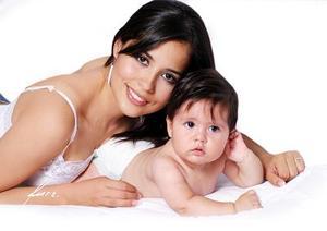 Señora Heidy Cossío de Costa con su hija Regina Costa Cossío.