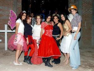 Leo Villarreal, Sara Juárez, Gaby Pérez, Sofía Hernández, Mariana González y Blanca Sandoval, estuvieron en una fiesta de disfraces.