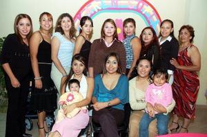 Ivette Marín de Godínez espera su primera bebé para principios de noviembre, motivo por el cual  le ofrecieron regalos.