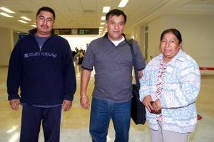 Juan Iván Nieto viajó a Tijuana, lo despidieron Saúl y Luz María Arellano.