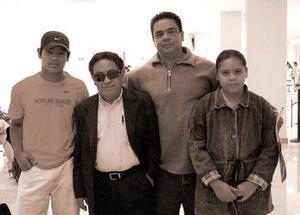 <b>31 de octubre 2005</b><p> Roque Iván Velásquez viajó a Chiapas, lo despidieron Eugenio, Roque y Laura.