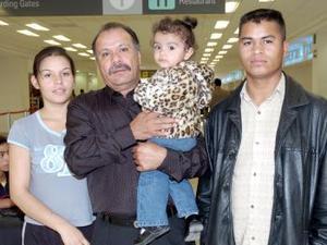 Abel González viajó a Tijuana y lo despidieron Juan y María Gaytán.