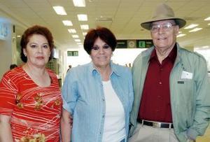 <b>01 de noviembre 2005</b><p> María Elena Elías viajó al DF, la despidieron  María Teresa de Díaz y José Elías.