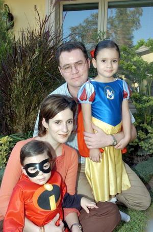 Yaco y Mayté Murra con los pequeños María Teresa y Jacobo.