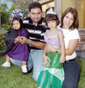 Víctor y Catalina Rodríguez junto a sus hijas Paola y Victoria.