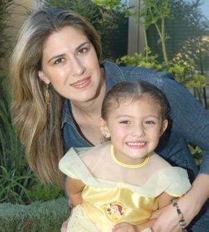 Martha Chávez de Montellano junto a su hija Mariana.