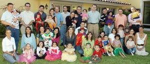 Una fiesta de disfraces infantiles organizó un grupo de amigas y sus esposos.