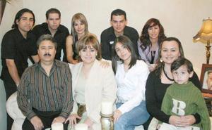 <b>01 de noviembre 2005</b><p> Con motivo de sus cumpleaños, Lety Romo de Mendoza fue festejada por su esposo Víctor Mendoza, sus hijos Raúl y Norma de Quintanilla, Karla de García, Marcelo García, Victoria Mendoza y Paola Mendoza, entre otros.