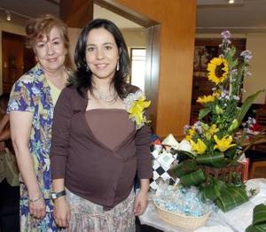 <b>01 de noviembre 2005</b><p> Helda Ruiz de Guerrero acompañada por Sara Olivares de Gallardo, quien le ofreció un tierno festejo de canastilla.