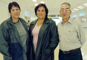 Yanet Villanueva viajó a La Habana, la despidieron Carmen Armenderos y Víctor Molina.