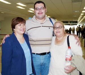 Blanca Salas y Víctor Torres viajaron a Tijuana, los despidió Mónica Salas.