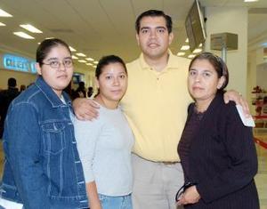 <b>02 de noviembre 2005</b><p> Arturo Reynoso viajó a Villahermosa, lo despidieron Eva Reynoso, Eva Rocha y Azucena Reynoso.