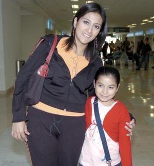 Abril Guillén viajó con destino a Tijuana, la despidió Rosalba Mijares.
