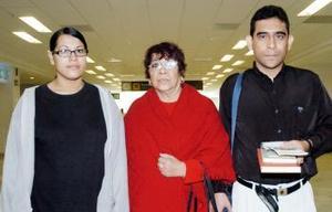 Édgar Cano viajó a Mexicali, lo despidieron Leila Robledo y Leila Cano.