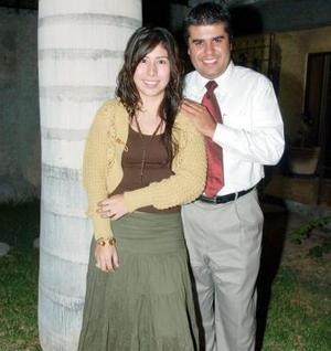 Claudia Leonor Lozano Medrano y Emmanuel Rodríguez, en una despedida de solteros que les organizaron.