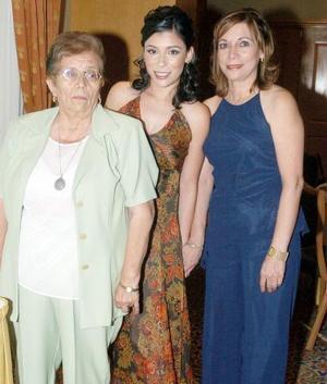 La futura novia, junto a su mamá, Juana María Venegas y su futura suegra, María Luisa Aranda de Hernández.