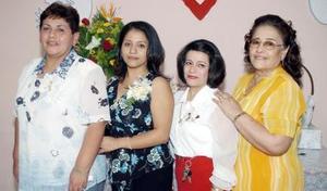 <b>03 de noviembre 2005</b><p> Esmeralda Ávalos en compañía de las organizadoras de su fiesta de despedida.