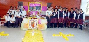 Los alumnos de 3 A de la Escuela Secundaria Feedral Uno dedicaron su altar a Juan Pablo II.
