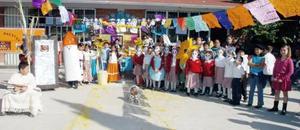 En la escuela Jesús María del Bosque, los alumnos se caracterizaron de diversos personajes para montar su altar.