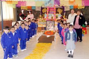 El jardín de niños Miguel Hudalgo dedicó su ofrenda a Frida Kahlo.