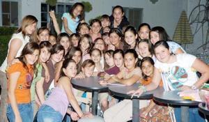 <b>02 de noviembre 2005</b><p> Daniela Berlanga Santibañez, con sus amigas.