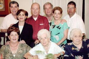 <b>03 de noviembre 2005</b><p> La señora María del Roble López de Gutiérrez estuvo acompañada en su fiesta de cumpleaños por familiares quienes la felicitaron  por su 90 aniversario.