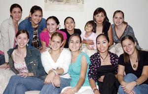 Cristy, Ale, Paty, Ana Sofía, Xiomara, Gaby, Dulce, Fritzia, Ana Sofía y Gloria acompañaron a Corina Godoy, en la despedida de soltera.