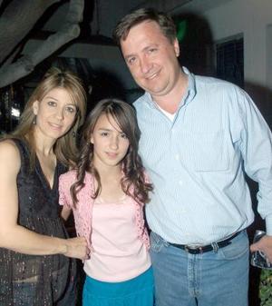 Daniela con sus papás.