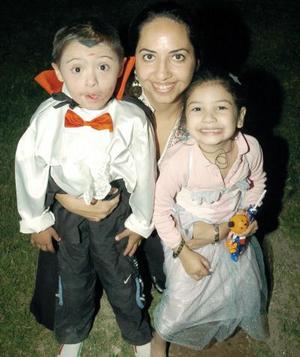 <b>02 de noviembre</b><p> Alejandra de Aburto con sus pequeños Pamela y Rico Aburto.