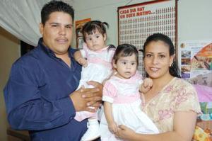 Las gemelitas Sofía Michelle y Andrea Lizzette Murillo Fernández celebraron su primer año de vida, con una divertida piñata organizada por sus papás.