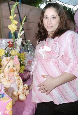 Azucena de Ugartechea espera el nacimiento de su primer bebé, por lo que le ofrecieron una fiesta de canastilla.