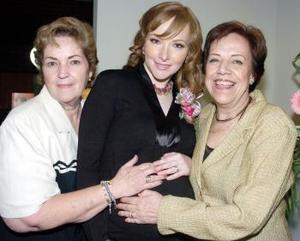 La futura mamá, acompañada por las anfitrionas, Berenice Leal y María Elena Arenal de Ducoulombier.