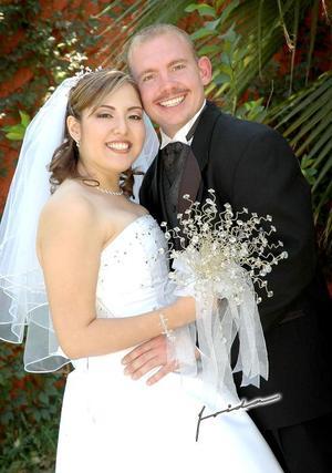 Sr. Spencer Harris y Srita. Denise J. Reyes Tostado, el día de matrimonio religioso en la parroquia de San José Obrero, el pasado 22 de octubre.