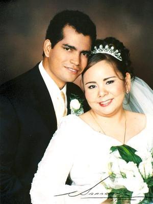 Ing. Jorge Montoya Guardado e Ing. Sanjuanita Ortiz Ovalle recibieron la bendición nupcial en la Catedral del Carmen el pasado 18 de junio.