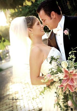 Sr. Leoncio A. Ortiz Torres y Srita. Verónica Ledesma Rosas contrajeron matrimonio religioso en la parroquia Los Ángeles, el pasado 17 de septiembre de 2005.