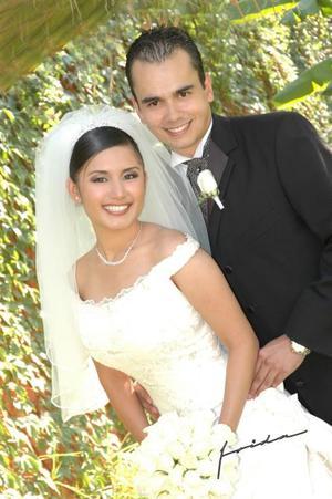 Sr. Osvaldo Herrera y Srita. Naila Nohemí Sánchez Lanzarín, el día de su matrimonio religioso, efectuado en la parroquia de San Pedro Apóstol, el pasado ocho de octubre.
