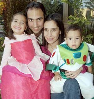 Carlos y Lorena Braña acompañados de sus pequeñois Jimena y Carlos.