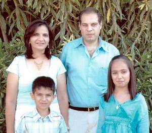 Fernando Zablah Mourra y Nancy Zarzar de Zablah con sus hijos Nancy y Fernando Nassim Zablah Zarzar, en pasado festejo.