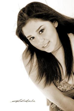 <b>05 noviembre 2005</b><p>  Srita. Diane Michelle Martínez Martínez, en una fotografía de estudio con motivo de sus quince años.