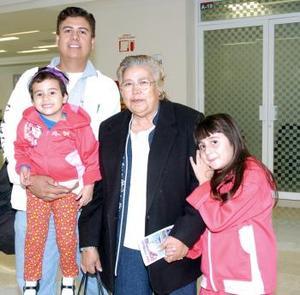 <b>06 de noviembre 2005</b><p> Olga Santana viajó a Hermosillo, la despidió la familia Wilson.