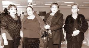 Francisca Castillo viajó a Los Ángeles, la despidieron Juanita, Lupita y Soledad Castillo.