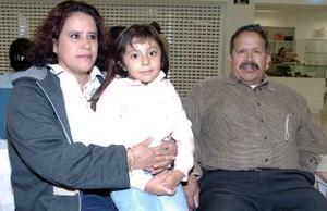 Vicente García viajó a Los Ángeles y fue despedido por Socorro García y Hillary.