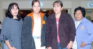 Maricruz Vega viajó a Tijuana, la despidieron Reyna Vega, Herminia Garay y Felipa Suárez.