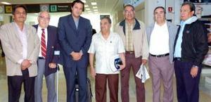 <b>07 de noviembre 2005</b><p> Juan Guillermo Usue llegó procedente de Colombia y fue recibido por sus amistades.